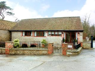 BROOK COTTAGE, pet friendly, character holiday cottage, with a garden in Milton