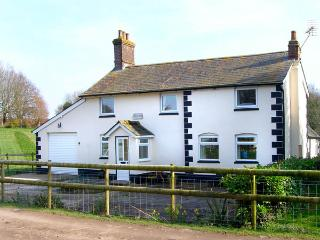 BRIDGE FARMHOUSE, family friendly, country holiday cottage, with a garden in
