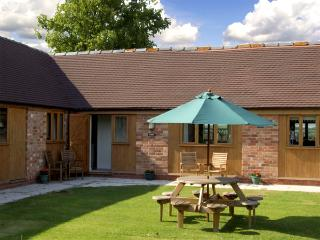 THE ROOST, family friendly, character holiday cottage, with a garden in Clifford
