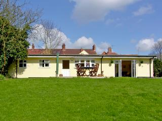RITH CHALET, country holiday cottage, with a garden in Shottery , Ref 2410