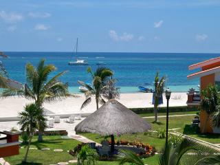 Delightful two bedroom beach condo close to town, Puerto Morelos