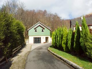 THE STEADING APARTMENT, romantic, country holiday cottage, with a garden in Kinlochleven, Ref 2045