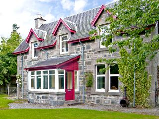 WOODLANDS, family friendly, character holiday cottage, with a garden in Newtonmore, Ref 2532