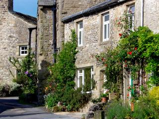 SANDY COTTAGE, pet friendly, luxury holiday cottage, with a garden in Linton, Re