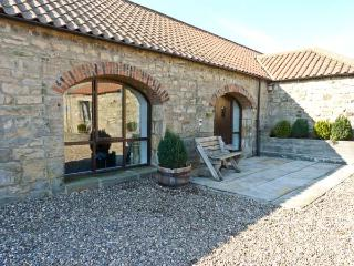 THISTLE CLOSE, pet friendly, character holiday cottage, with a garden in Staindr