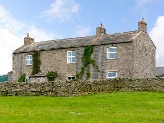 SCHOOLMASTER PASTURE, family friendly, character holiday cottage, with a garden in Hurst Near Reeth, Ref 904