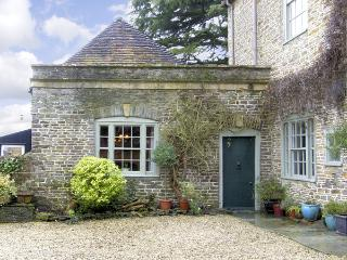 HILL HOUSE COTTAGE, pet friendly, character holiday cottage, with a garden in