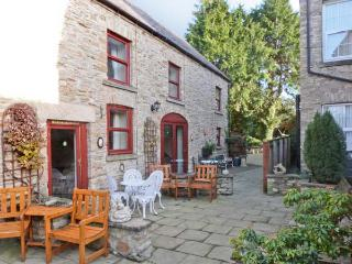 FOXGLOVE COTTAGE, pet friendly, country holiday cottage, with a garden in Richmo