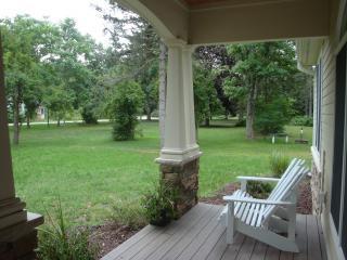 Gustare il caffè del mattino in mezzo lo splendore silenzioso della natura sul vostro portico