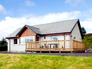 THE ROWANS, family friendly, country holiday cottage, with a garden in Strathpef
