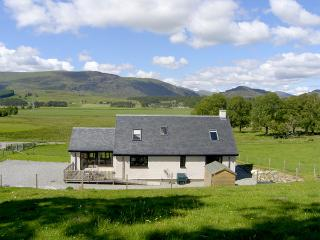 CREAG-NA-SANAIS, family friendly, country holiday cottage, with a garden in Laggan, Ref 1701