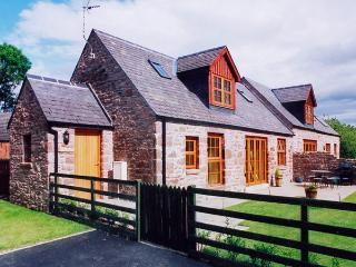 KAMBA COTTAGE, pet friendly, country holiday cottage, with pool in Kirriemuir