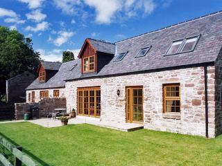NANTUSI COTTAGE, pet friendly, country holiday cottage, with pool in Kirriemuir,