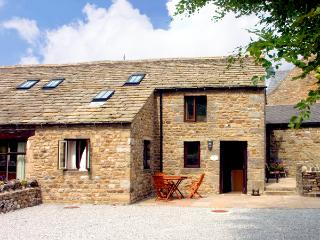 GRANGE COTTAGE, character holiday cottage, with a garden in Buckden, Ref 1574
