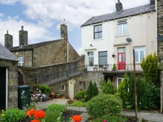 PASTURE COTTAGE, character holiday cottage, with a garden in Embsay, Ref 2082, Skipton