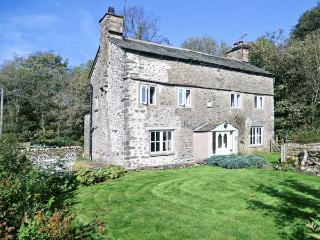 FLESHBECK COTTAGE, pet-friendly, character holiday cottage, with open fire in Ki
