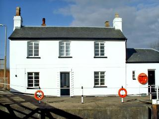 THE LOCK HOUSE, pet friendly, character holiday cottage, with a garden in