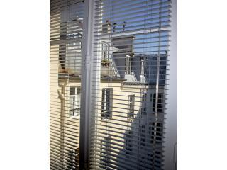 Blick von einer der vier französische Fenster mit Blick auf einen ruhigen Innenhof