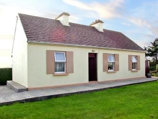 PADDY STAFFS COTTAGE, family friendly, with a garden in Spiddal, County Galway