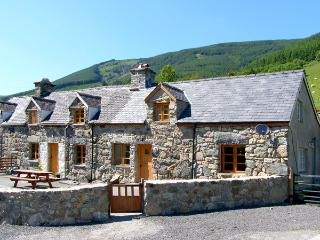 YSGUBOR, pet friendly, luxury holiday cottage, with hot tub in Dinas Mawddwy