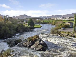 RIVER HOUSE, family friendly, luxury holiday cottage, with a garden in Sneem
