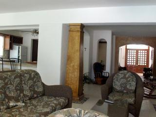 Flur im 1. Stock und Küche. Wohnzimmer im Vordergrund. Familienunterkünfte