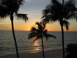 """The Shores""smack on the beach,perfect ocean views, Fort Myers Beach"