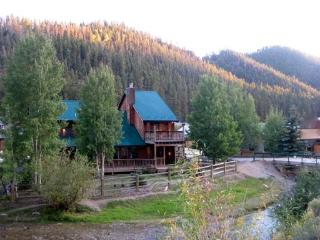 Luxury Cabin- On River w/ Pool Table, 2 living., Red River