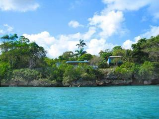 An eclectic 1-bed cottage on the sea in Ocho Rios