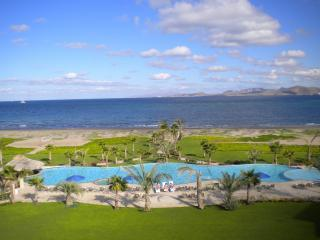 Beachfront Condo at Paraiso del Mar - Best View!!, location de vacances à La Paz
