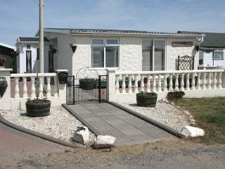 BEACHCOMBER COTTAGE, pet friendly, with a garden in Southerness, Ref 3742