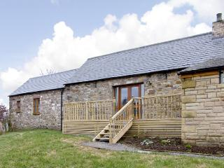 THE BYRE, pet friendly, character holiday cottage, with hot tub in Milton, Ref 3738