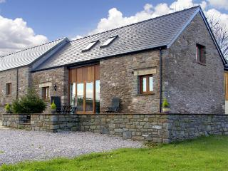 MILLBROOK BARN, family friendly, luxury holiday cottage, with a garden in Llandd