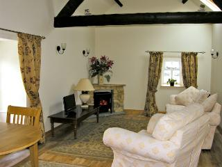 BARN COTTAGE, romantic, character holiday cottage, with a garden in Robin