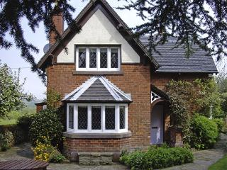 GUN END COTTAGE, family friendly, character holiday cottage, with a garden in Sw