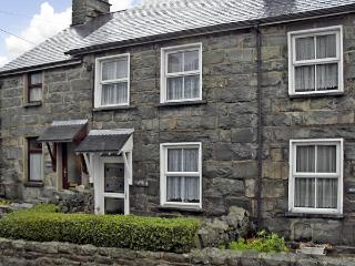 BODALAW, romantic, character holiday cottage, with open fire in Trawsfynydd
