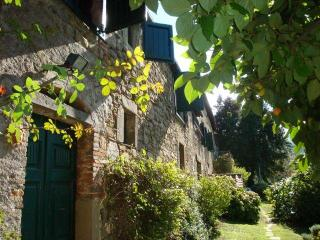 Secluded Panoramic Tuscan Villa, heated pool, short walk to village, restaurants