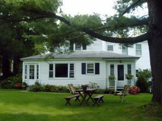 Berkshires Spacious Comfortable Charming Farmhouse, Lee