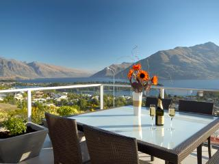 Lake View Villa - picturesque and convenient Queenstown Hill address