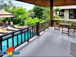 upstairs balcony with view over private pool