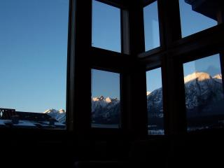 Penthouse: WALLS OF GLASS, sleeps 6-7, free wifi, artistic decor!!, Canmore