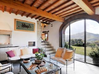 Tuscany Farmhouse with Pool and Views, Great for Family or Friends - Casa Santa
