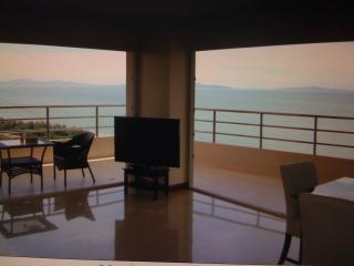 Fantastic  seaviewcondo  beachfront  jomtinpattaya, holiday rental in Pattaya