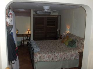 2 dormitorio principal tiene una cama, baño en pasillo