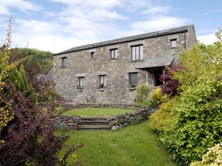 HOLLINS FARM BARN, romantic, character holiday cottage, with a garden in New