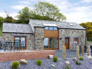 YSGUBOR PENRALLT, romantic, luxury holiday cottage, with a garden in Y Felinheli