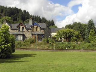 NO 1 RAILWAY COTTAGES, family friendly, country holiday cottage, with a garden in Betws-Y-Coed, Ref 3805, Betws-y-Coed