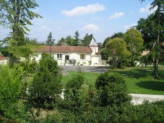 Toulouse cottage set in wonderful gardens & pool