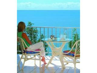 MILLION DOLLAR OCEAN VIEWS - Gateway to the Barrier Reef - ABSOLUTE BEACHFRONT, vacation rental in Holloways Beach