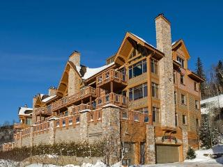 Altitude deluxe Ski-in/out condos 3brs Spa Sauna, Mont Tremblant